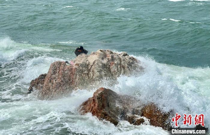 山东烟台:紧急救援被困礁石游客