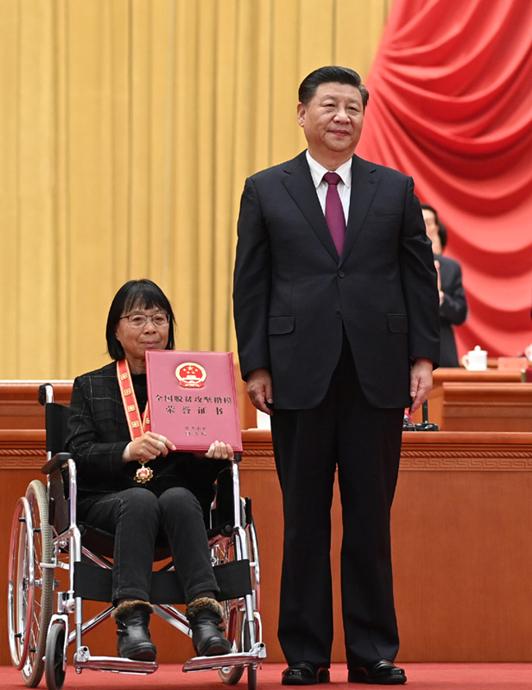 2021年2月25日,全国脱贫攻坚总结表彰大会上,习近平总书记为全国脱贫攻坚楷模荣誉称号获得者张桂梅颁奖。